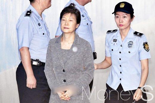 [머니S포토] 오늘도 굳은 표정으로 법정 출석한 박근혜