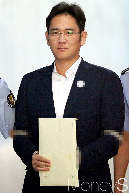 법정으로 향하는 이재용 삼성전자 부회장. /사진=임한별 기자