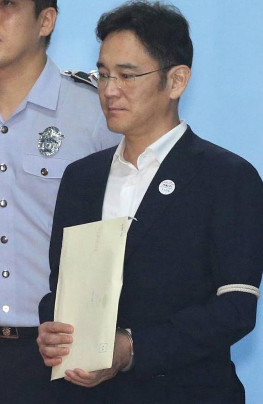 25일 서울중앙지법에서 구치소로 이동하는 이재용 삼성전자 부회장. /사진=남강호 기자