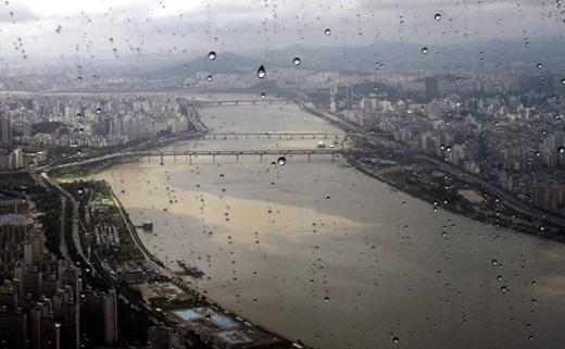 지난 23일 서울 송파구 롯데월드타워 전망대 서울스카이에서 바라본 서울도심에 비가 내리고 있는 모습. /사진=뉴시스