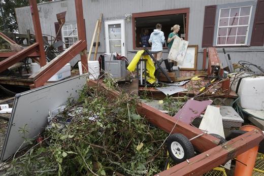 휴스턴. 허리케인 하비. 26일(현지시간) 미국 텍사스 주 케이티에서 주민들이 허리케인 '하비'가 휩쓸고 지나가며 풍비박산한 건물 주변을 살펴보고 있다. /사진=뉴시스(AP 제공)