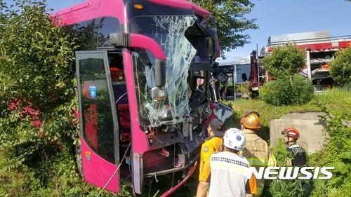 거제에서 통학버스가 마을버스와 추돌하는 사고가 발생해 운전자 1명이 숨졌다. /사진=뉴시스