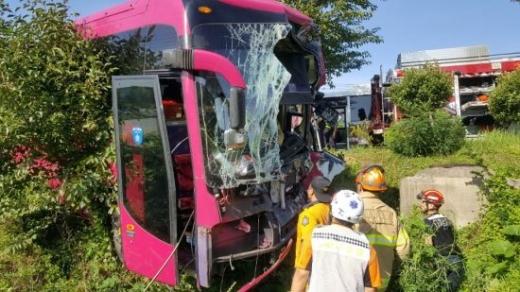 거제 통학버스 사고. 28일 오전 7시 50분쯤 거제시 거제면 옥산리 화원마을 입구에서 통학버스 교통사고가 발생했다. /사진=뉴시스(독자 제공)