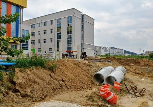천안 한들초등학교. 사진은 28일 오전 충남 천안시 한들초등학교 정문. /사진=뉴시스