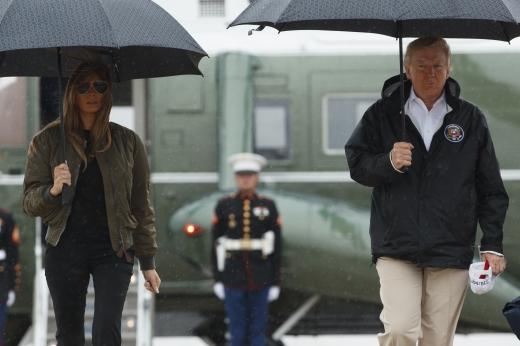 멜라니아. 도널드 트럼프 미국 대통령(오른쪽)과 부인 멜라니아 여사가 29일(현지시간) 허리케인 '하피'로 초토화된 텍사스 주를 들르기 위해 앤드루 공군기지에 도착해 에어포스 원 쪽으로 가고 있다. /사진=뉴시스(AP 제공)
