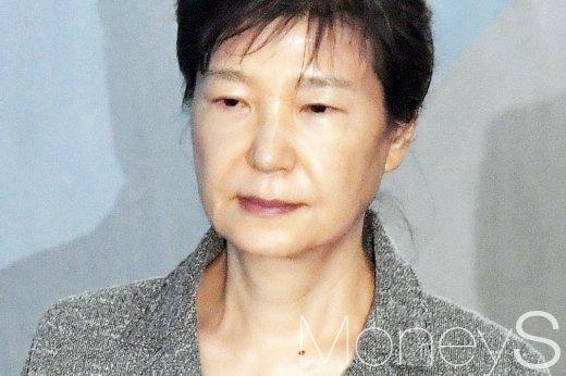 박근혜 전 대통령이 지난 25일 서울 서초구 서울중앙지방법원에서 열린 제59차 공판에 출석하고 있다. /사진=사진공동취재단