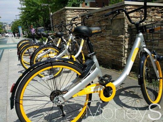 서울시 한 자치구에 놓인 공유자전거. 서울시는 현재 공유자전거에 대한 제도적 근거가 없어 이 자전거를 방치자전거로 분류해 업체 측에 자진 철거를 요청할 계획이다. /사진=박정웅 기자