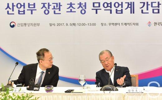 [머니S포토] 산업부-무역협회, '무역 1조달러 회복 민관협력' 논의