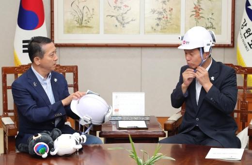 LG유플러스가 강원도에 산불 진화·감시 및 숲 가꾸기에 활용할 수 있는 IoT 헬멧 150대를 3년 간 무상으로 지원한다. 사진은 권영수 LG유플러스 부회장(왼쪽)이 최문순 강원도지사에게 IoT 헬멧을 기증하고 있는 모습. /사진제공=LG유플러스