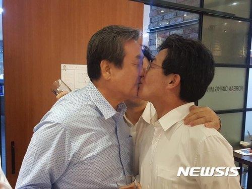 김무성 의원과 유승민 의원이 10일 열린 의원단 만찬회동 중 입맞춤을 하고 있다. /사진=바른정당 제공