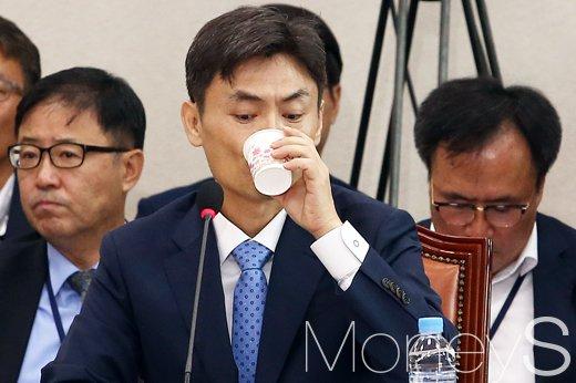 [머니S포토] 의원들 질타에 목 축이는 박성진