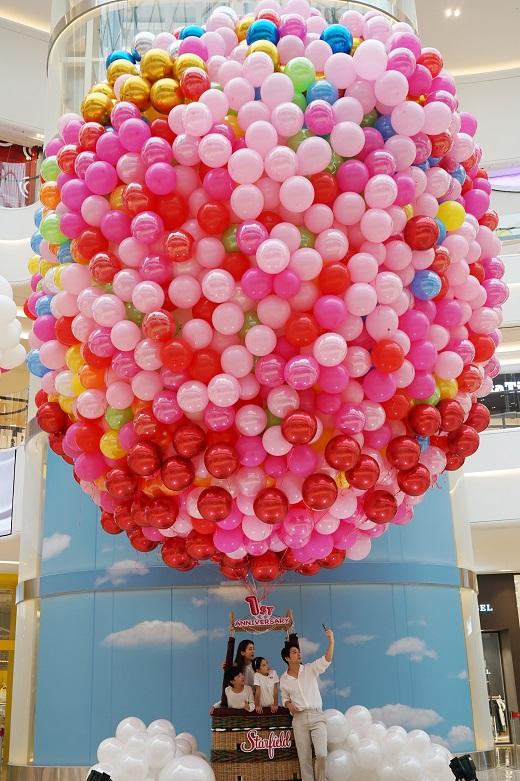 9월 11일(월) 스타필드 하남에서 모델들이 1주년 기념 행사를 맞아 1층 중앙 아트리움에 위치한 드림벌룬에서 사진을 찍고 있다. /사진=신세계