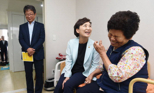 김현미 국토부 장관은 지난 12일 오후 경기 성남 위례공공실버주택에 위치한 독거노인 가정을 방문했다. /사진=뉴시스 이정선 기자