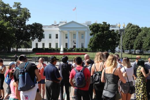 호프 힉스. 지난 6월28일(현지시간) 미국 워싱턴 백악관 앞에서 관광객들이 기념 촬영을 하고 있다. /사진=뉴시스