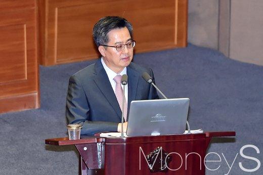 [머니S포토] 최저임금 관련 질의에 답하는 김동연 부총리