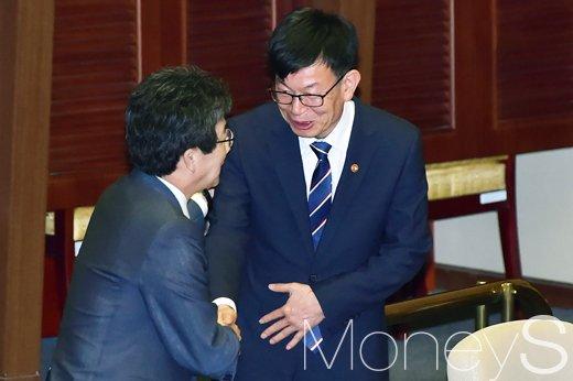 [머니S포토] 국회 대정부 질문, 인사 나누는 김상조-유승민