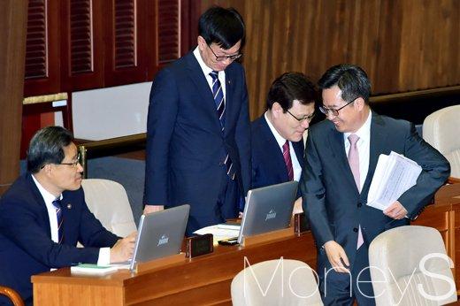 [머니S포토] 경제수장들과 인사 나눈 김동연 부총리
