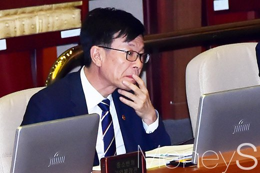 [머니S포토] 대정부 질의에 경청하는 김상조