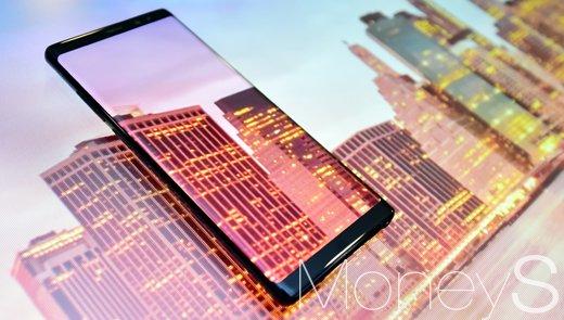 지난 7일 공개된 갤럭시노트8은 64GB 기준 출고가가 109만4500원으로 책정됐다. /사진=임한별 기자