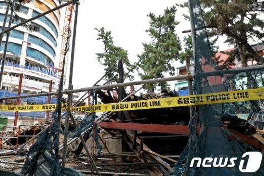 17일 오전 4시29분쯤 강원 강릉시 강문동 석란정에서 화재를 진압 중이던 소방관 2명이 무너진 건물에 매몰돼 순직했다. 사진은 불에 타 붕괴한 석란정. /사진=뉴스1