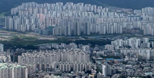 앞으로 '투기과열지구'에서 3억원 이상의 집을 살 경우 구입자금의 출처를 밝혀야 한다. 사진은 서울 시내 한 아파트 밀집 지역. /사진=뉴스1 DB