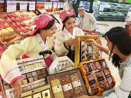 롯데마트 서울역점에서 고객이 선물세트를 살펴보고 있다. /사진=롯데마트