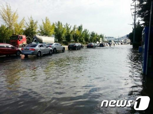 창원 홈플러스 인근 도로에서 대형 상수도관이 터져 거리가 침수돼 있다. 9개 지역에서는 단수사태도 발생했다. /사진=경남지방경찰청 제공