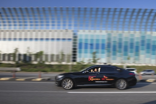 지난 21일 경부고속도로를 달리는 자율주행차 안에서 SK텔레콤 연구원이 두손을 들고 있다. /사진=SK텔레콤