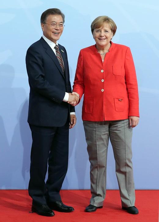 지난 7월7일 문재인 대통령이 독일 함부르크에서 열린 주요20개국(G20) 정상회의에서 앙겔라 메르켈 독일 총리와 악수하고 있다. /사진=뉴시스