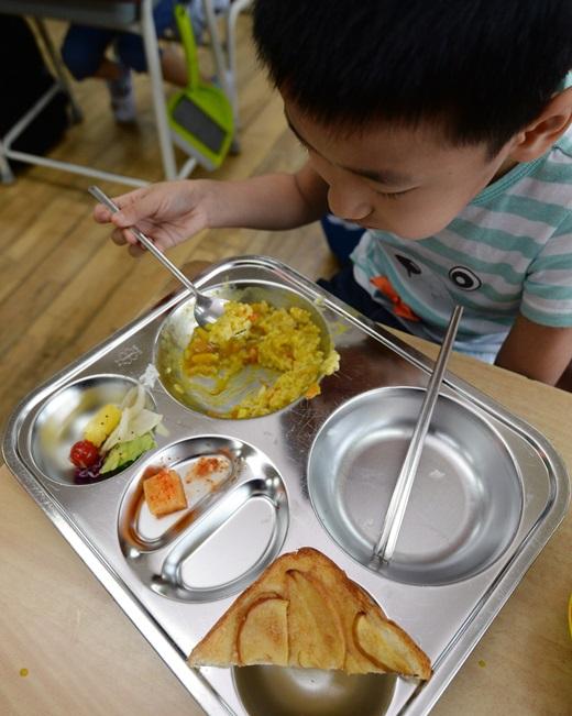 지난달 중순 서울 노원구 한 초등학교에서 한 학생이 급식을 먹고 있는 모습. /사진=뉴시스