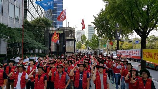 지난 25일 JTI 노조가 서울 종로구 신문로1가 흥국생명 빌딩 JTI 본사 앞에서 파업 집회를 열고 있다. /사진=JTI 노조