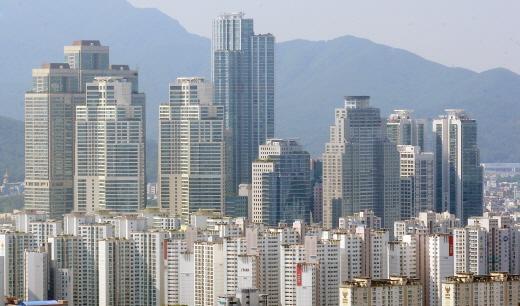 투기과열지구 내에서 3억원 이상의 주택 매매 거래 시 자금출처 등을 조사 받는다. 사진은 서울 강남의 아파트 밀집 지역. /사진=뉴시스 DB