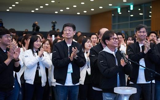 지난 26일 CJ그룹 사원 교육행사인 온리원 캠프에 참석한 이재현 CJ그룹 회장이 사원들과 함께 박수를 치고 있다. /사진=CJ그룹