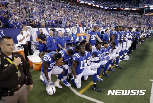 트럼프 대통령과 NFL 선수들의 갈등이 계속되고 있다. 경기 전 국가연주 중 무릎 꿇기 행위를 하고 있는 인디애나폴리스 콜츠 선수들. /사진=뉴시스(AP 제공)