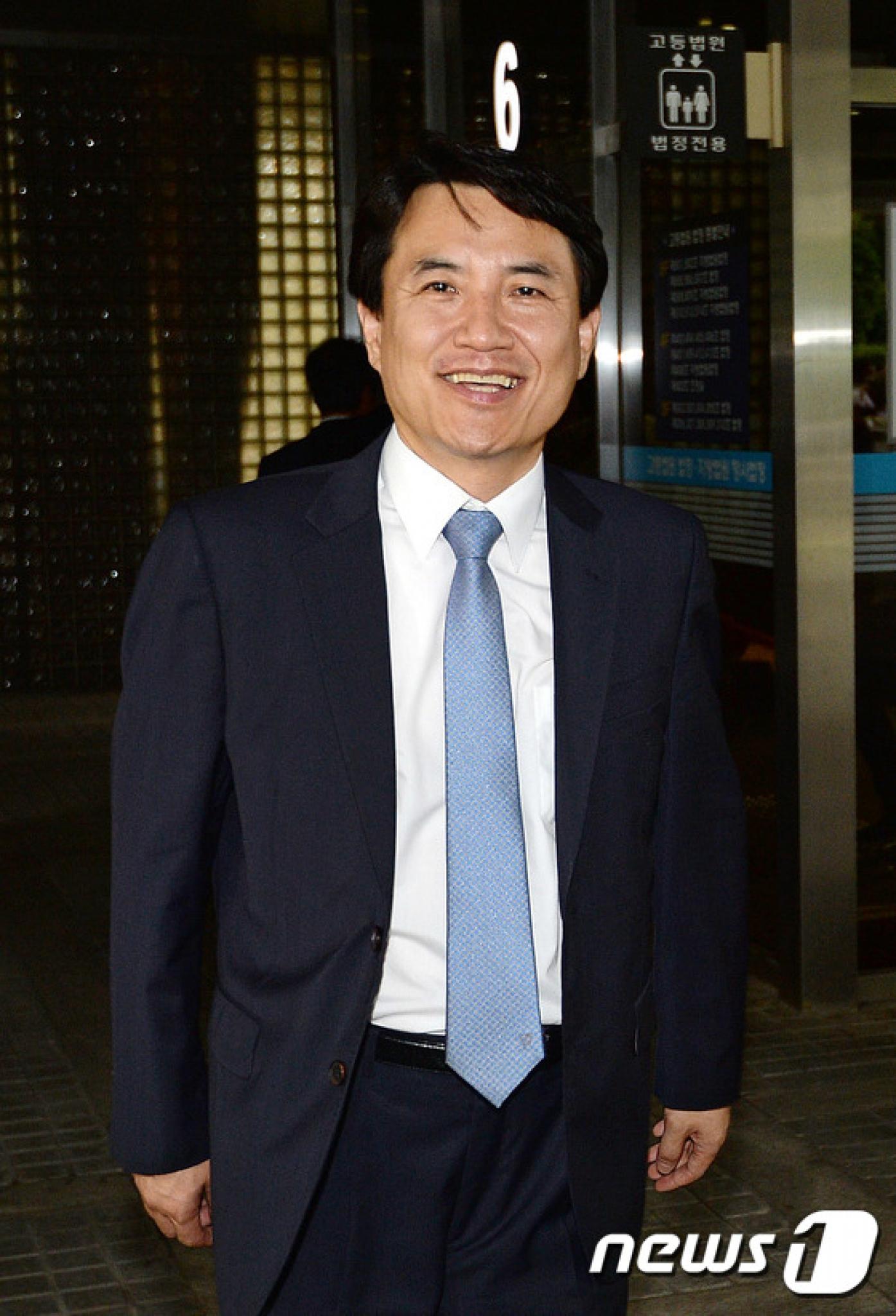 김진태 자유한국당 의원이 공직선거법 위반 혐의 항소심 선고공판에서 무죄를 선고받았다. 사진은 지난 7월 항소심 1회 공판에 출석한 뒤 법원을 나서는 김 의원 모습. /자료사진=뉴스1