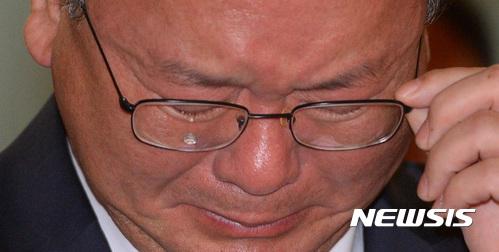 김부겸 행정안전부 장관이 27일 열린 소방청  비전 선포식 격려사 도중 눈물을 흘리고 있다. /사진=뉴시스