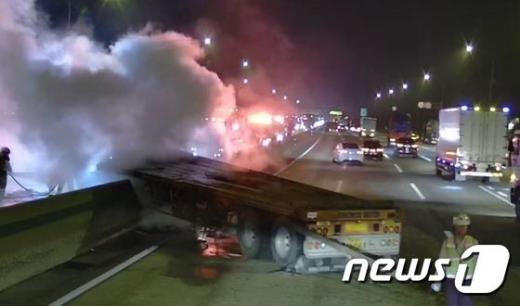 호남고속도로서 25톤 트레일러 사고, 1명 부상… 4시간여 통제로 정체