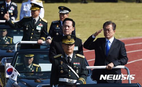문재인 대통령(오른쪽)과 송영무 국방부장관이 28일 열린 국군의 날 행사에서 열병하고 있다. /사진=뉴시스