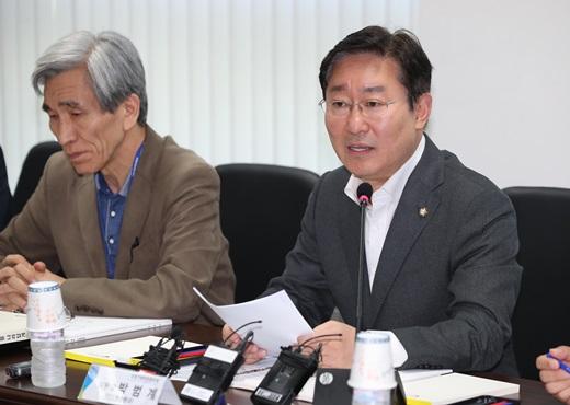 정진석박형준. 사진은 박범계 더불어민주당 적폐청산위원장(오른쪽). /사진=뉴시스