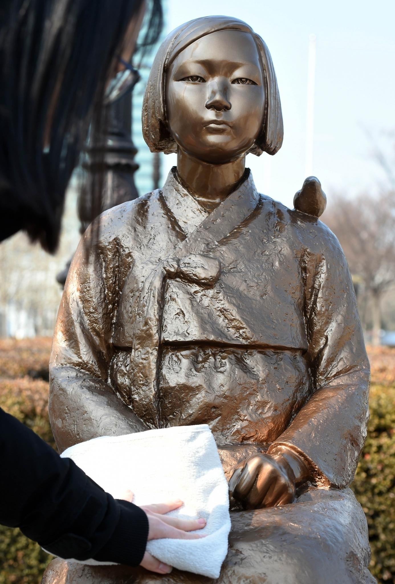 평화의 소녀상. 지난 2월28일 경기 안양시 평촌중앙공원에서 한 어머니와 여학생이 평화의 소녀상을 닦아 주고 있다. /사진=뉴시스