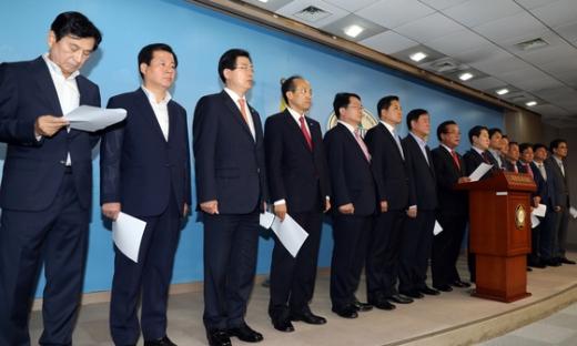 친박. 자유한국당 내 친박근혜계 의원들이 28일 서울 영등포구 국회 정론관에서 기자회견을 열고 박근혜 전 대통령에 대한 구속영장 연장을 비판하고 있다. /사진=뉴스1