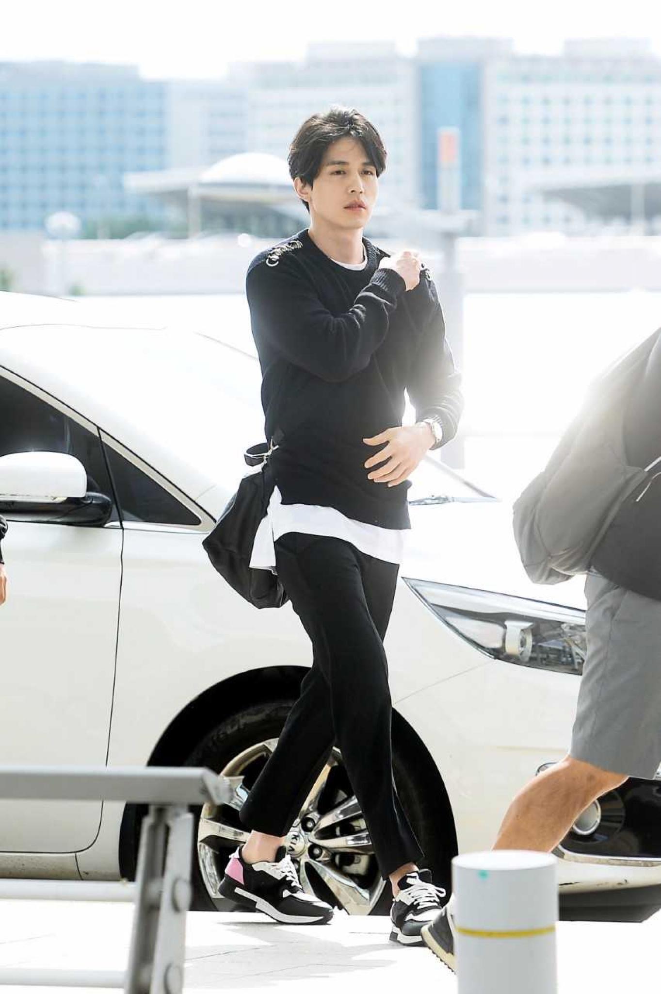 """[★공항패션] 이동욱, 가을 남자의 시크한 스타일링… """"조각미남 비주얼"""""""