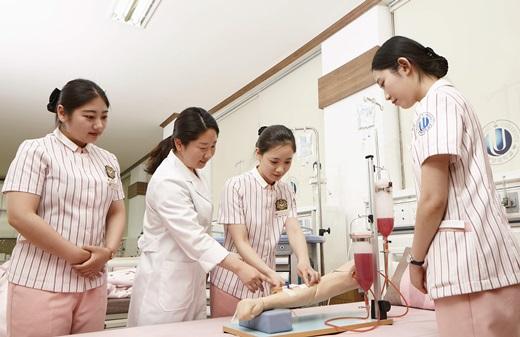 한 대형병원에서 간호학과 재학생들이 실습을 하고 있는 모습. /사진=뉴시스