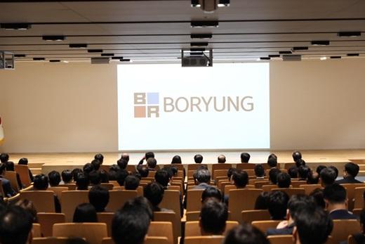 10일 서울 종로구 보령빌딩 중보홀에서 진행된 '100년 보령 시무식'에서 새로운 CI가 발표되고 있다. /사진=보령제약