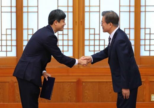 신인령. 문재인 대통령(오른쪽)이 10일 서울 종로구 청와대에서 장병규 4차산업혁명위원회 위원장에게 위촉장을 수여하고 있다. /사진=뉴시스