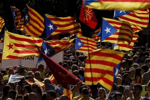 카탈루냐 수반. 스페인 바르셀로나에서 시민들이 카탈루냐 독립기 에스텔라다를 흔들며 독립을 요구하는 집회를 하고 있다. /사진=뉴스1