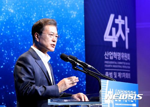 문재인 대통령이 11일 오후 서울 마포구 에스플렉스센터에서 열린 4차산업혁명위원회 출범 및 제1차회의에 참석해 인사말을 하고 있다. /사진=뉴시스