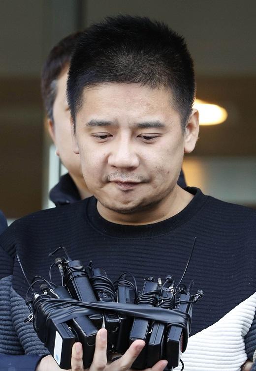여중생을 살해하고 사체를 유기한 혐의를 받고 있는 '어금니아빠' 이영학씨가 지난 13일 오전 서울 중랑경찰서에서 검찰로 이송됐다. /사진=뉴시스 최동준 기자