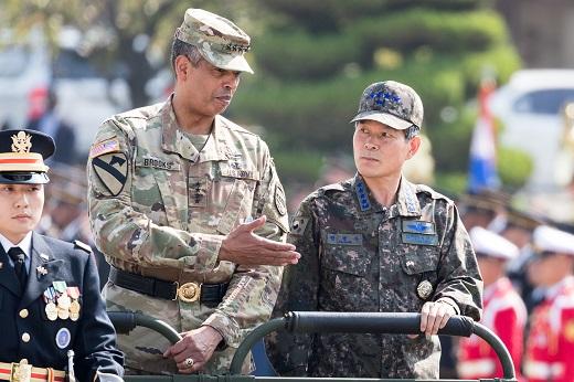 주한미군 사령관과 대화하는 정경두 합참의장. /사진=뉴스1 유승관 기자