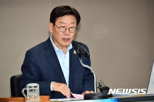 이재명 성남시장이 박근혜 전 대통령의 사실상 재판 보이콧에 대해 비판하는 의견을 내놨다. /자료사진=뉴시스